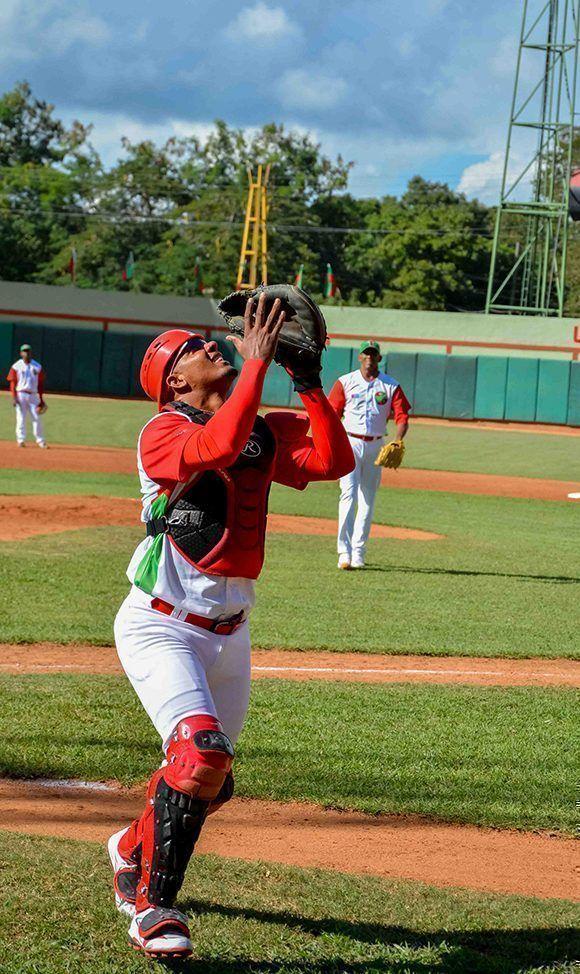 Yosvani Alarcón, uno de los mejores peloteros de Las Tunas. Foto: Yaciel de la Peña/ ACN.