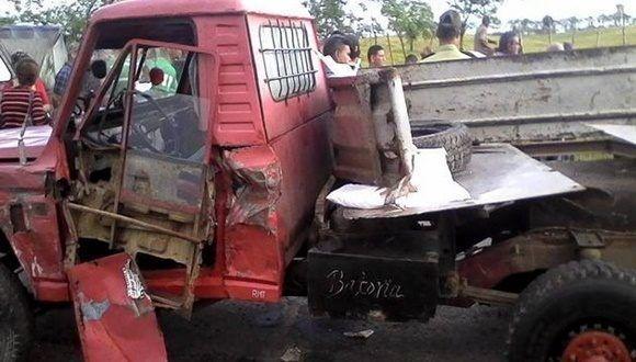 Tres fallecidos y dos lesionados es el saldo de un accidente de tránsito ocurrido este viernes 3 de noviembre, minutos antes de las seis de la mañana, en la Carretera Central, cerca del asentamiento Las Marías, en el municipio de Placetas. Foto: CMHW.