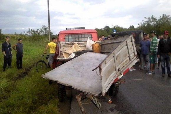 La colisión se produjo entre una camioneta Aro de la UBPC Sabanilla que se dirigía rumbo a Santa Clara, en la que viajaban los occisos, y un camión particular cargado de persianas de aluminio, que venía en sentido contrario.