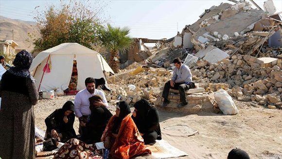 Iraníes desplazados sentados cerca de sus casas destruidas en el sismo en la aldea Kouik, en Kermanshah (oeste), 15 de noviembre de 2017. Foto: Hispantv.