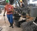 El alambrón con que se producen los clavos una tonelada vale en el mercado internacional entre 800 y 1 000 dólares la tonelada. Foto: Otilio Rivero Delgado/ Adelante.