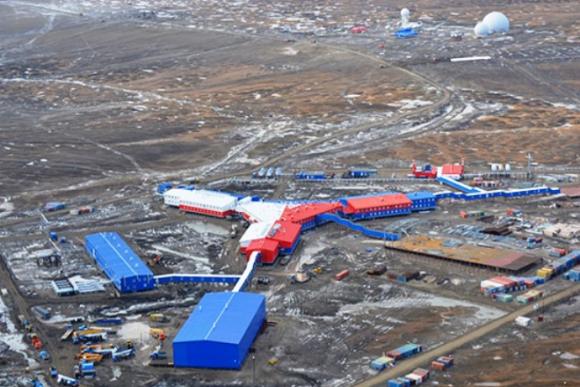 En la isla Kotelni, con una temperatura media de +3°C en verano y de –30°C en invierno, los ingenieros militares rusos levantaron la base modular Temp, con pista de aterrizaje, radares, sistemas de defensa aérea y estación de sismología, entre otros equipamientos. Foto: Ministerio de Defensa de Rusia.