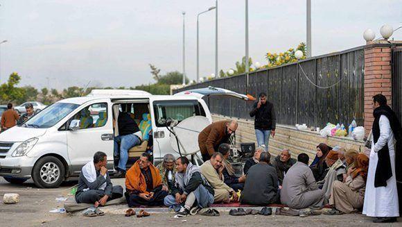 Familiares de las víctimas del atentado en una mezquita del Sinaí que causó más de 300 muertos. Foto: AFP.