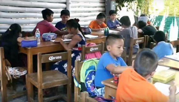 Luego del terremoto, este bar en Juchitán se convirtió también en una escuela. Foto: Captura de pantalla/ EFE/ Youtube.
