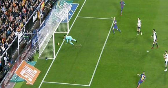 Messi disparó, Neto falló y la bola entró claramente en la portería, pero el gol no subió al marcador. Foto: Captura de pantalla.