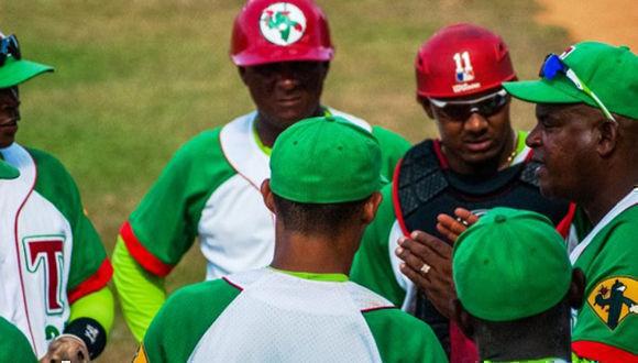 Pablo Civil, mentor del equipo de béisbol de la provincia de Las Tunas, habla con sus atletas. Foto: István Ojeda Bello.