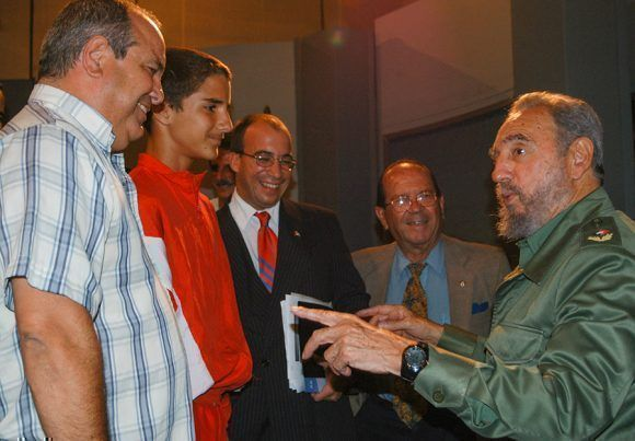 Compartiendo con panelistas e invitados al final de una emisión de la Mesa Redonda. Foto: Ismael Francisco / Cubadebate