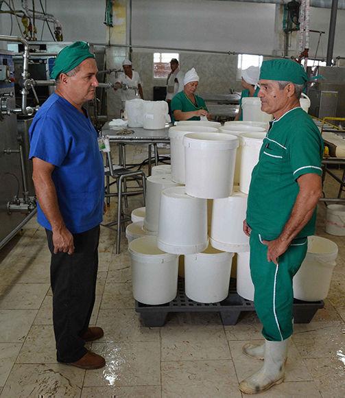 La fábrica de helados Coppelia, de la ciudad de Camagüey, garantiza gran variedad de sabores, durante el proceso productivo, 29 de noviembre de 2017. ACN FOTO/ Rodolfo BLANCO CUÉ/sdl