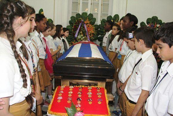 El Presidente cubano encabezó el homenaje con el que dirigentes del Partido y el Estado y numerosos representantes del pueblo, dijeron adiós al prestigioso intelectual revolucionario.