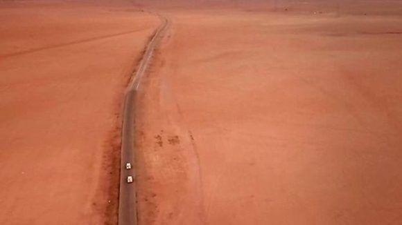 El convoy entró en el desierto y llegó a su destino ya dentro del territorio controlado por EI. Foto: BBC Mundo.
