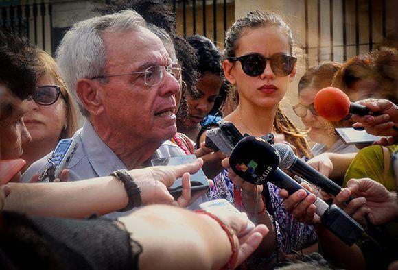 Eusebio Leal Spengler (C. izq.), historiador de La Habana, durante una conferencia de prensa ofrecida con motivo de los preparativos por el aniversario 498 de la fundación de la ciudad en su asentamiento actual, el 14 de noviembre de 2017. Foto: Oriol de la Cruz/ ACN.