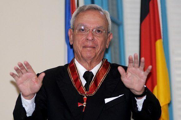 El Dr. Eusebio Leal Spengler (D), Historiador de La Habana, interviene luego de ser condecorado con la Gran Cruz Federal al Mérito que entrega Alemania en la categoría de Comendador, en ceremonia efectuada en el Palacio del Segundo Cabo, el 17 de noviembre de 2017. Foto: Omara García Mederos/ACN.