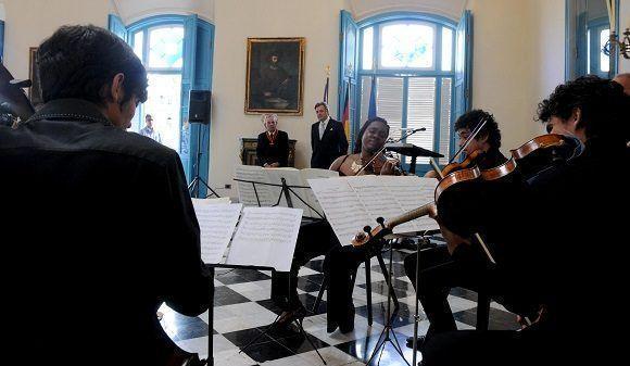 El Cuarteto Caribe Nostrum, ameniza la ceremonia de entrega de la Gran Cruz Federal al Mérito que entrega Alemania en la categoría de Comendador, concedida al Dr. Eusebio Leal Spengler, Historiador de La Habana, en acto efectuado en el Palacio del Segundo Cabo, el 17 de noviembre de 2017. Foto: Omara García Mederos/ACN.
