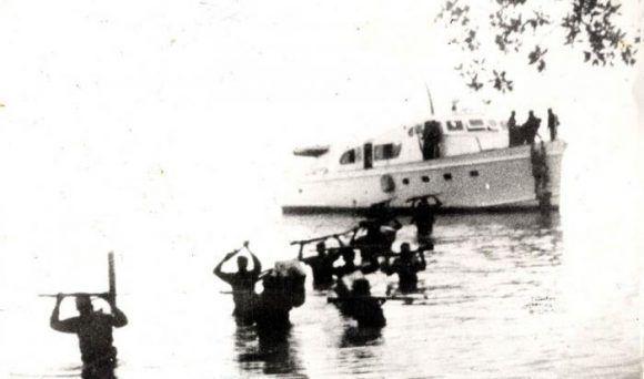Expedicionarios del yate Granma desembarcan por Los Cayuelos, a dos kilómetros de la playa Las Coloradas, en la zona oriental de Cuba, el 2 de diceimbre de 1956. Fuente: Periódico Granma.