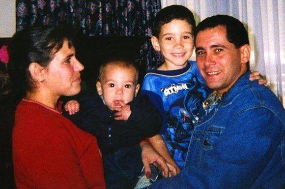 Juan Miguel González, junto a su esposa e hijos en Estados Unidos. Foto: Archivo.