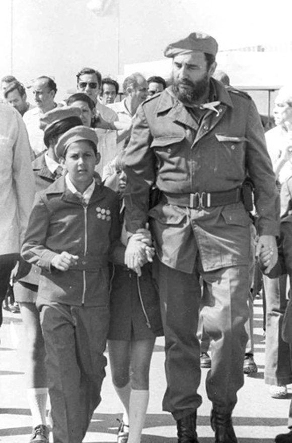 """Comparte con pioneros en el Campamento Pioneril """"Ismaelillo"""" en Cienfuegos. Asisten al acto más de 10 000 pioneros cubanos, 18 de julio de 1976. Foto: Sitio Fidel Soldado de las Ideas"""