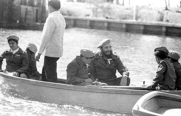 """Pasea en bote junto a pioneros cubanos en el recién inaugurado Campamento Pioneril """"Ismaelillo"""" en Cienfuegos, 18 de julio de 1976. Foto: Periódico Juventud Rebelde / Sitio Fidel Soldado de las Ideas"""