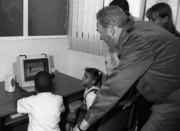 Comparte con dos pioneros durante la inauguración del Joven Club Central de Computación, 4 de abril de 2001. Foto: Liborio Noval / Sitio Fidel Soldado de las Ideas
