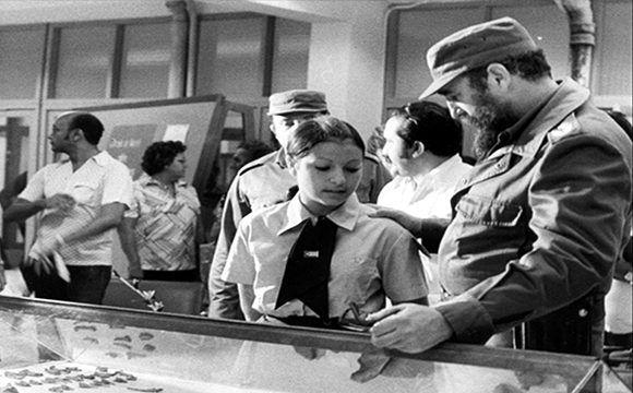"""Fidel inaugura el curso escolar en la Escuela Vocacional José Martí (1977). En la imagen, conversa con una estudiante holguinera frente a la maqueta de la Escuela Vocacional """"José Martí"""", previo a la ceremonia inaugural de esa institución docente, en la cual pronunció discurso. Foto: Archivo de la Revista Bohemia/ Sitio Fidel Soldado de las Ideas."""