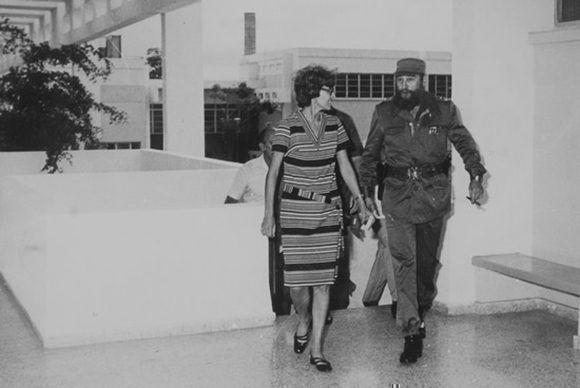 En 1980, Fidel recorre las instalaciones del Centro Nacional de Sanidad Agropecuaria (CENSA), junto a su directora Rosa Elena Simeón.