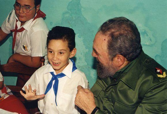 Junto al niño Elián González en su séptimo cumpleaños, 6 de diciembre de 2000. Foto: Estudios Revolución / Sitio Fidel Soldado de las Ideas