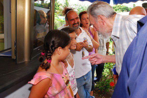 Dialoga con niños que visitan el Acuario Nacional, 15 de julio de 2010. Foto: Estudios Revolución / Sitio Fidel Soldado de las Ideas
