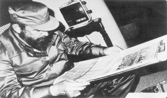 Fidel Castro leyendo el periódico Juventud Rebelde. Fotos: fidelcastro.cu