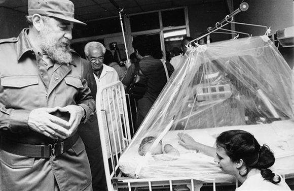 Fidel visita en 1989 el hospital Juan Manuel Márquez actual pediátrico de Marianao. Foto: Liborio Noval. Liborio