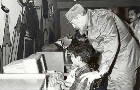 Fidel visita los Joven Club. Foto: Archivo.