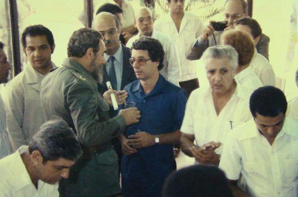 En 1986, Fidel junto a Frei Betto y un grupo de científicos cubanos en la Inauguración del Centro de Ingeniería Genética y Biotecnología de La Habana. Foto: Fidel Soldado de las Ideas.