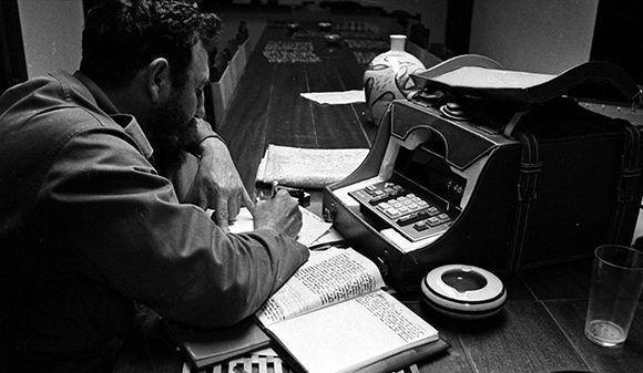 En el Central Panamá, de Vertientes, Camagüey, en plena zafra del 70, Fidel utiliza una calculadora digital para sacar las cuentas. Foto: Liborio Noval.