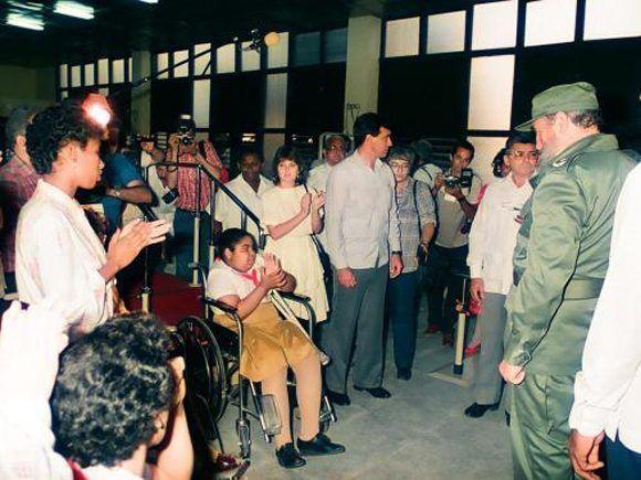 """Inaugura la escuela especial """"Solidaridad con Panamá"""" para niños con limitaciones físicos motoras en el Reparto Fontanar, 31 de diciembre de 1989. Foto: Estudios Revolución / Sitio Fidel Soldado de las Ideas"""