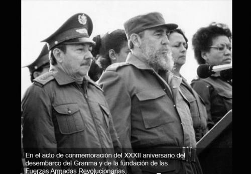 Durante el acto de conmemoración por el XXXII aniversario del desembarco del Granma y de la fundación de las Fuerzas Armadas Revolucionarias (FAR). A su derecha Raúl Castro Ruz, Primer Ministro de las Fuerzas Armadas Revolucionarias.