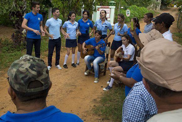 Estudiantes del IPU Hermanos Balcón reciben a los visitantes con un acto cultural. Foto: Ismael Francisco / Cubadebate