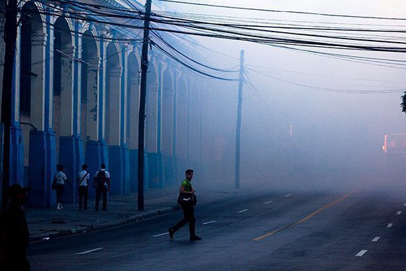 """El Instituto Nacional de Salud de EEUU informó al IPK que las subvenciones para investigar sobre arbovirus han sido """"suspendidas"""". En la imagen, fumigación contra los mosquitos en La Habana. Foto: Fernando Medina/ Facebook."""