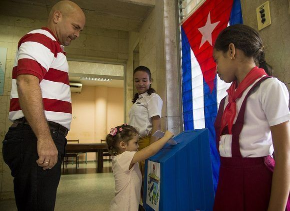 Gerardo González y familia votan por Cuba. Foto: Ismael Francisco/ Cubadebate