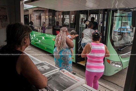 La primera guagua eléctrica ya circula por La Habana. Foto: Rene Massola.