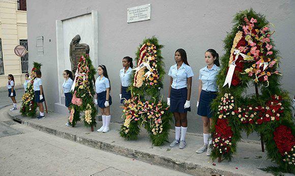 Ofrendas florales enviadas por el General de Ejército Raúl Castro Ruz, Primer Secretario del Partido Comunista de Cuba y Presidente de los Consejos de Estado y de Ministros, el pueblo de Cuba y de familiares fueron depositadas en homenaje a los héroes y mártires de las acciones del 30 de noviembre de 1956, en ocasión del aniversario 61 del levantamiento armado en Santiago de Cuba. 30 de noviembre de 2017. ACN FOTO/Miguel RUBIERA JUSTIZ/sdl