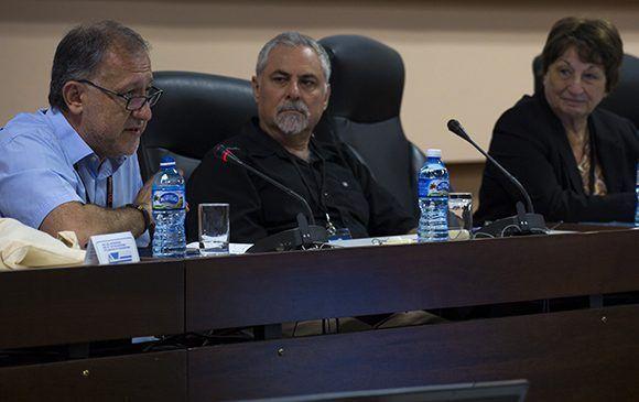 Los profesores Carlos Alberto Scolari, Gabriel Kaplún y Gloria Ponjuan durante el Panel formación y desarrollo profesional. Foto: Irene Pérez/ Cubadebate.