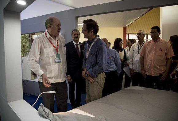 Rodrigo Malmierca recorrió el pabellón de Francia en la 35 edición de FIHAV. Foto: Ismael Francisco / Cubadebate