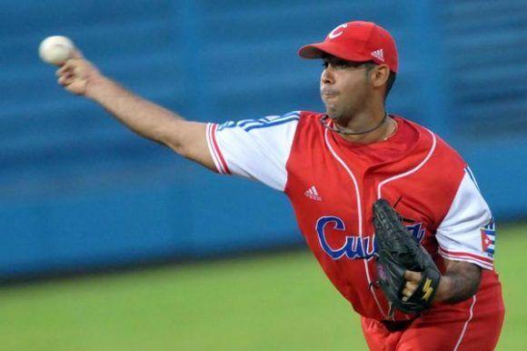 El derecho Ismel Jimenez, en el segundo juego del tope amistoso entre el equipo universitario de Estados Unidos y el equipo Cuba de béisbol, en el estadio Latinoamericano, en La Habana, el 6 de julio de 2012. AIN FOTO/Marcelino VAZQUEZ HERNANDEZ/ogm