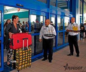 Aeropuerto Jardines del Rey, los primeros pasajeros que se reciben tras el paso de Irma. Foto: Alejandro García/ Invasor.