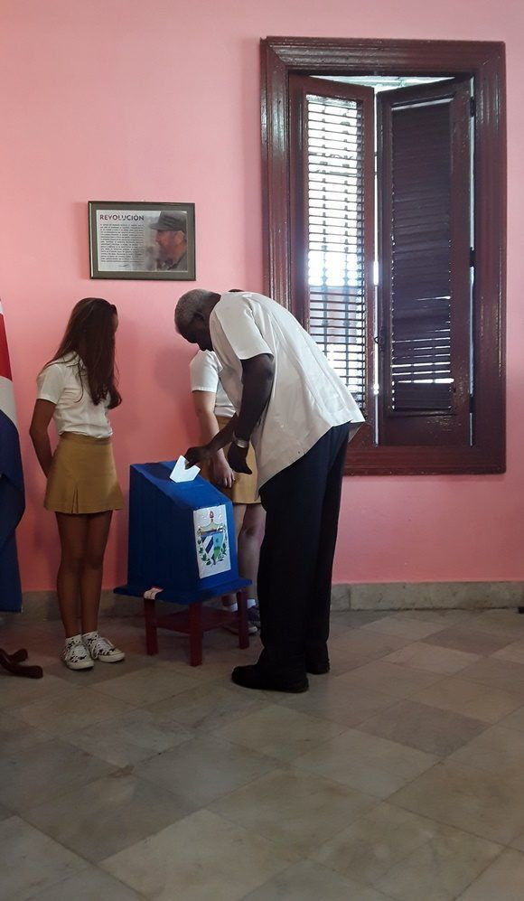 El presidente de la Asamblea Nacional ejerce su derecho al voto.