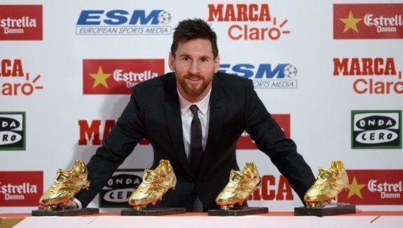 Leo Messi, jugador del Barça, y sus cuatro Botas de Oro (Josep Lago / AFP).