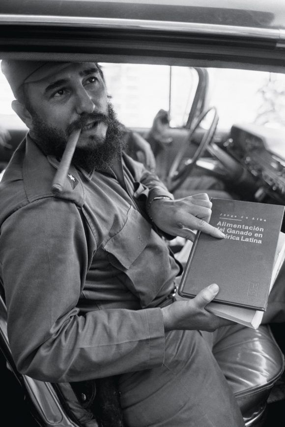 Fidel en el auto con un libro sobre Alimentación del ganado en América Latina. 1965 Foto: Lee Lockwood