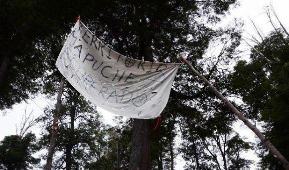 De acuerdo al relato que los mapuches hicieron a los miembros de la APDH, se vieron abordados por los uniformados, respondieron con piedras a las advertencias, y fueron agredidos con armas de fuego. Foto: Resumen Latinoamericano