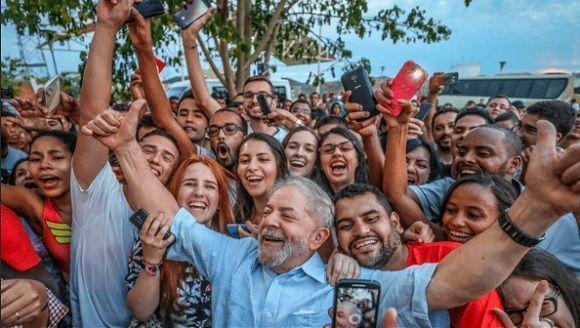"""Da Silva denunció que son nueve las familias que monopolizan los medios de difusión en el país, y que """"no paran de decir mentiras todo el santo día"""". Foto: @LulapeloBrasil."""