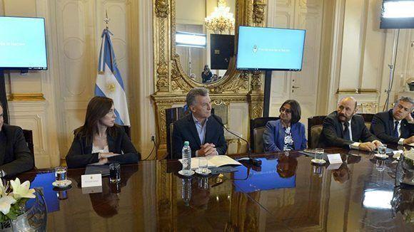 Durante su reunión con los gobernadores para firmar el pacto fiscal, Macri reclamó a los mandatarios provinciales que rebajen los sueldos de los empleados públicos. Foto: Presidencia de la Nación/ Página 12.