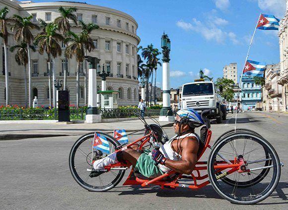 Participantes en la edición XIX de Maracuba, carrera popular que saludará de manera especial el Día de la Cultura Física y el Deporte, en La Habana. Foto: Yaciel Peña / ACN
