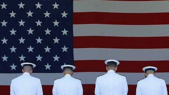 Los altos oficiales navales proporcionaron información clasificada o confidencial que permitió defraudar casi 35 millones de dólares a la Armada, sostienen los fiscales.